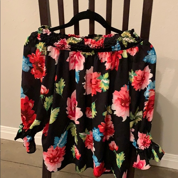XOXO Tops - Off the shoulder XOXO floral shirt!